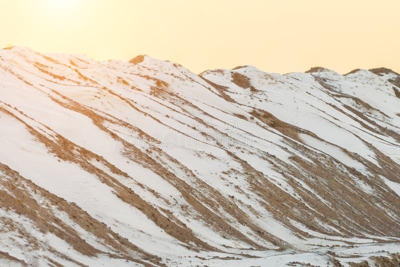 Superficie nevada de las dunas de arena, barkhans fotos de archivo