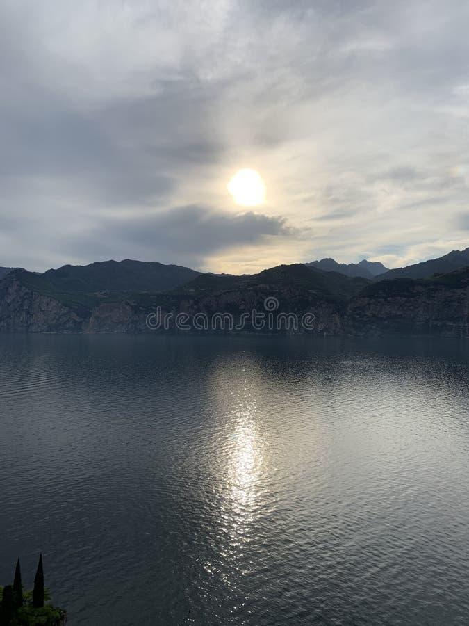 Superficie piana dell'acqua di calma tranquilla pacifica del paesaggio fotografia stock