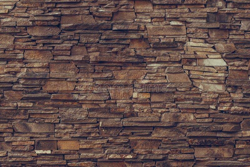Superficie strutturata di una parete di pietra sporca marrone Vecchia priorit? bassa rossa del muro di mattoni Modello concreto d fotografia stock libera da diritti
