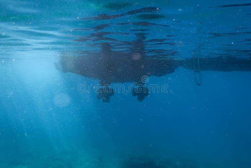 Superficie subacquea del mare dell'elica dell'imbarcazione a motore del motore immagine stock libera da diritti
