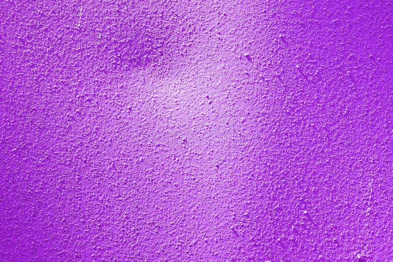 Superficie texturizada metal pintada violeta Fondo decorativo abstracto Plantilla para el diseño imagen de archivo libre de regalías