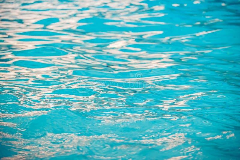 Superficie tranquila con las pequeñas ondulaciones, fondo abstracto del agua del agua azul fotografía de archivo