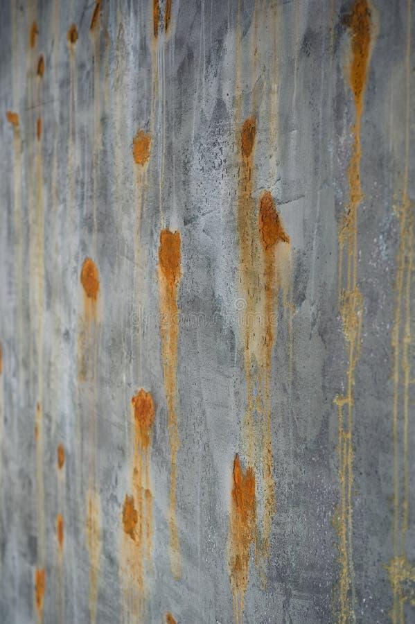 Superficie y muro de cemento marrones verdes viejos con los puntos aherrumbrados foto de archivo libre de regalías