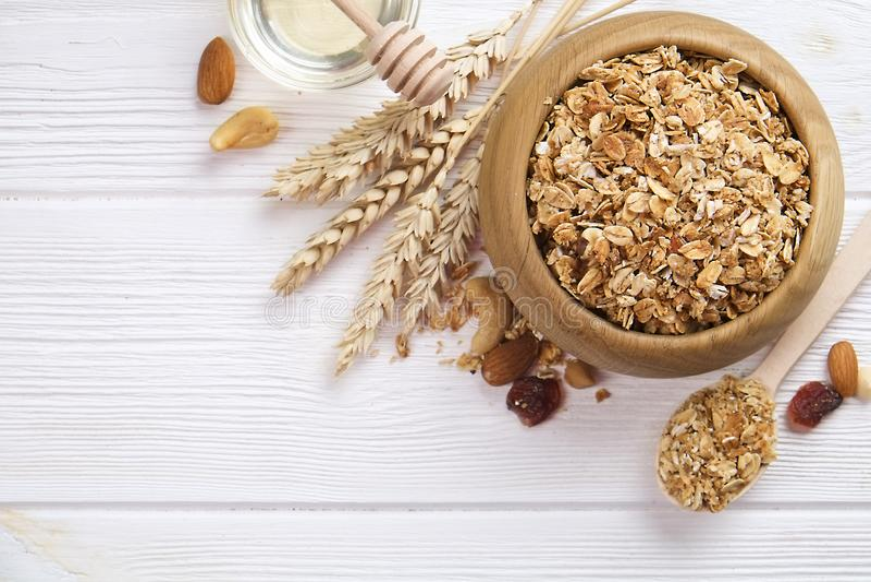 Superfood de granola avec l'amande et les noix de cajou, fruits secs, cerise de raisins secs dans la cuvette en bois sur la table photographie stock libre de droits