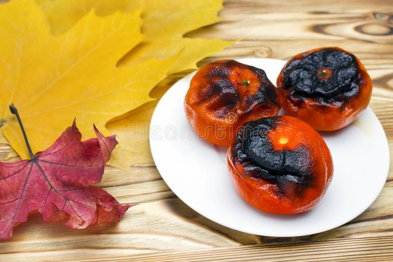 Superfood japonês novo, tangerinas grelhadas com a casca Uma foto do antioxidante grelhou os mandarino na placa para a longevidad fotografia de stock royalty free