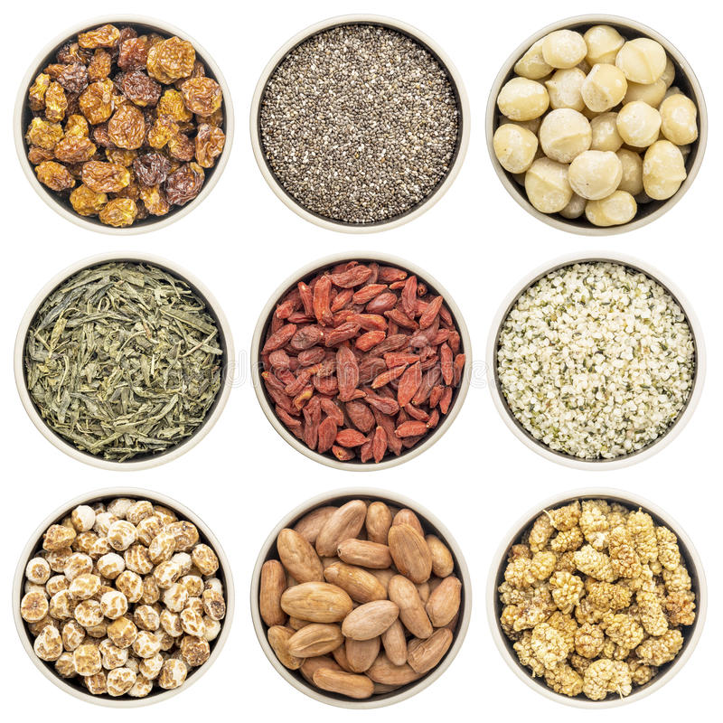 Superfood-Sammlung in lokalisierten Schüsseln stockfotos
