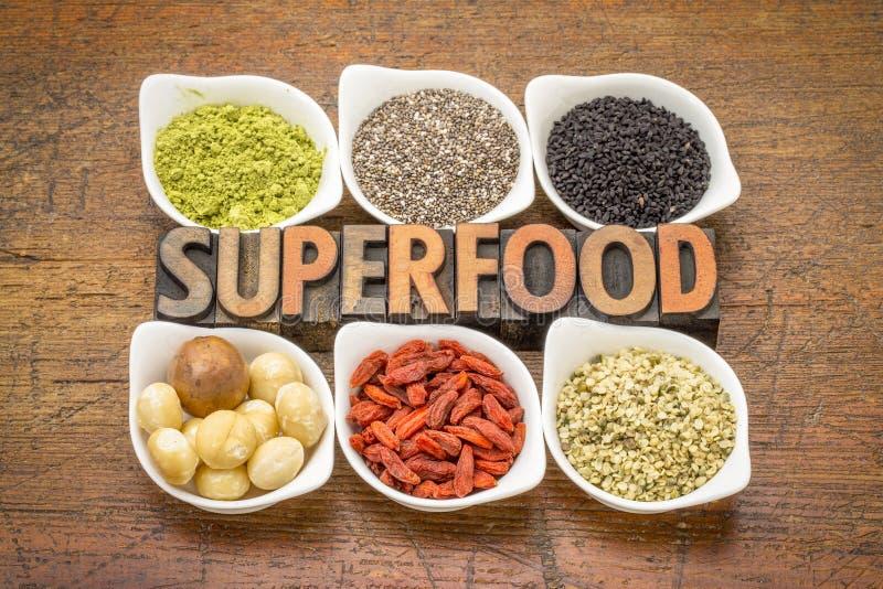 Superfood-Sammlung mit Wort in der hölzernen Art lizenzfreies stockbild
