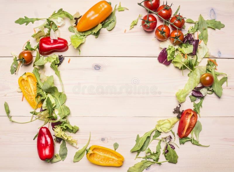 Superfoods和健康或戒毒所饮食食物概念各种各样的菜和草本排行了在白色木桌,西红柿上的框架 库存照片
