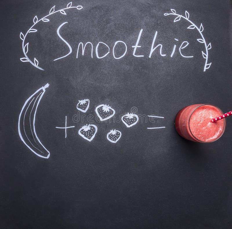 Superfoods和健康或者戒毒所饮食食物概念,画在粉笔板成份圆滑的人的黑板,顶视图 免版税图库摄影