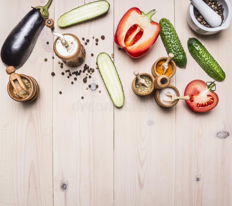 Superfoods和健康生活方式或戒毒所饮食食物概念各种各样的菜和香料在白色木桌边界,地方fo 免版税图库摄影