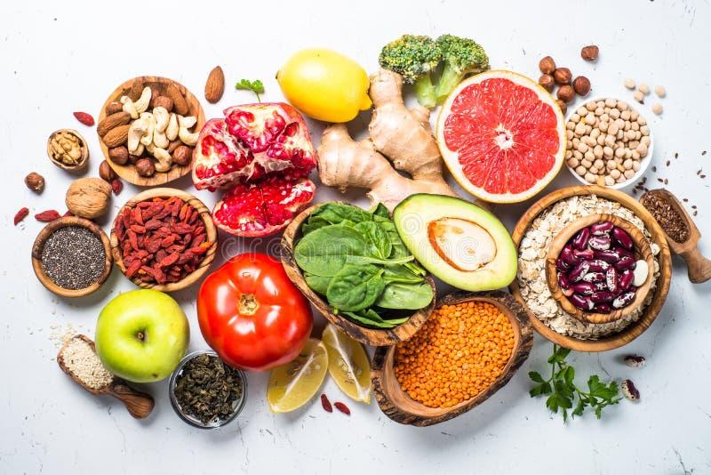Superfoods auf weißem Hintergrund Gesunde Nahrung des strengen Vegetariers lizenzfreie stockfotografie