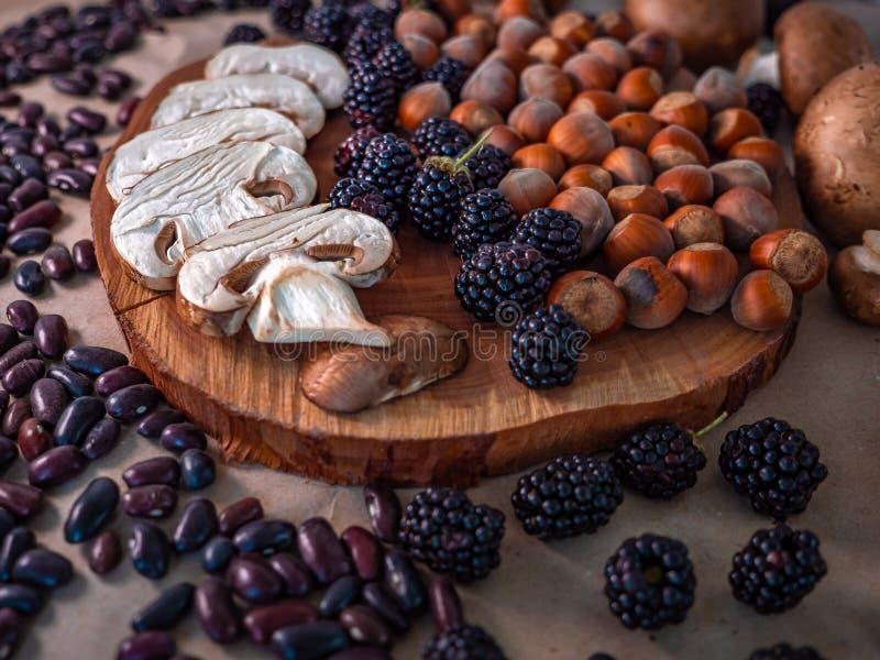 Superfoods della foresta di autunno su sfondo naturale immagini stock libere da diritti