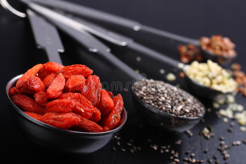 Superfoods in metende lepels stock fotografie