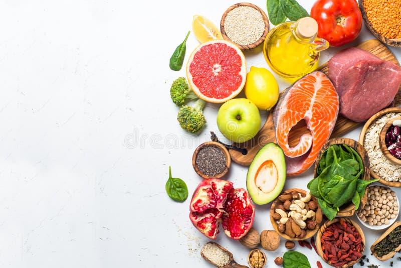 Superfoods no fundo branco Nutrição saudável imagens de stock royalty free