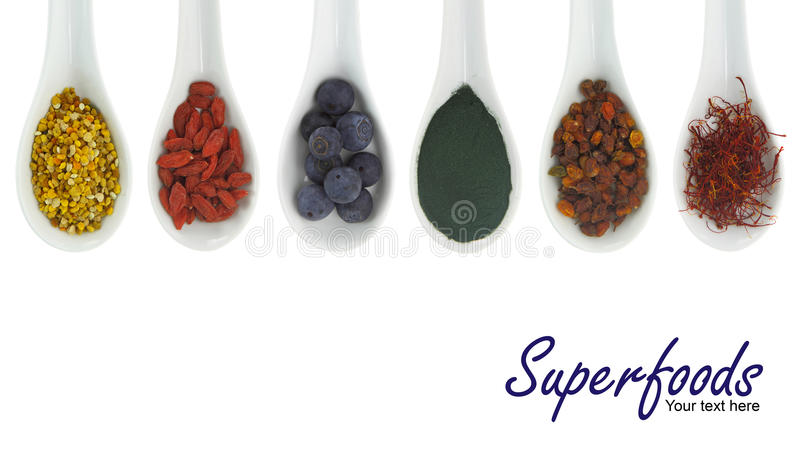 Superfoods in porseleinlepels royalty-vrije stock foto's