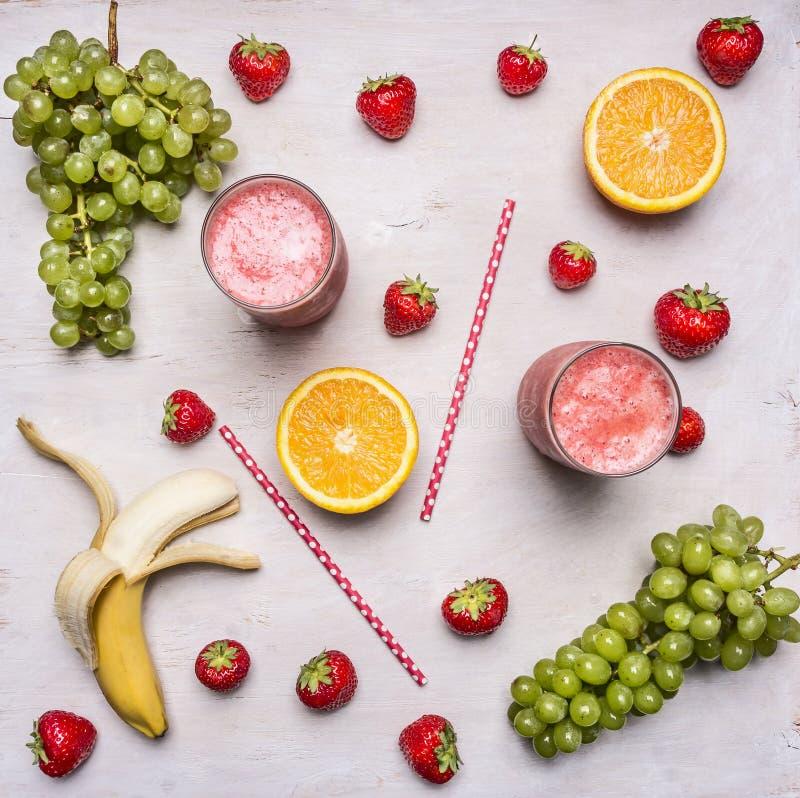Superfoods y salud o concepto de la comida de la dieta del detox Ingredientes orgánicos frescos del Smoothie Smoothies de la frut fotos de archivo libres de regalías