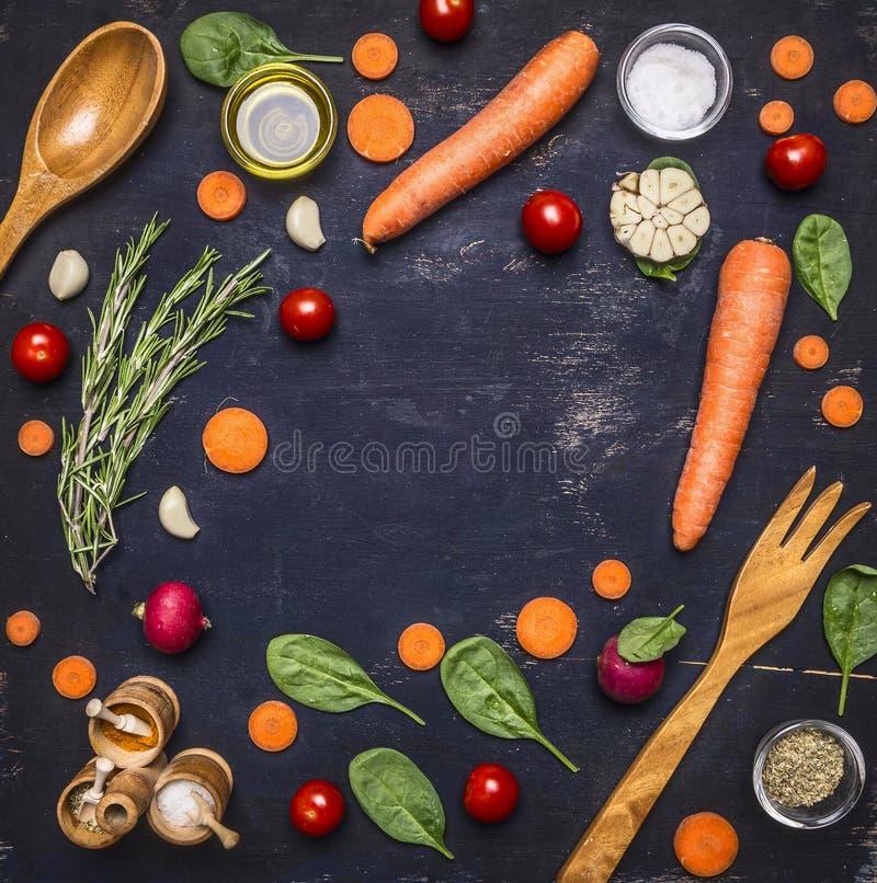 Superfoods y salud o concepto de la comida de la dieta del detox las zanahorias cortadas, espinaca fresca se van, los condimentos imagen de archivo libre de regalías