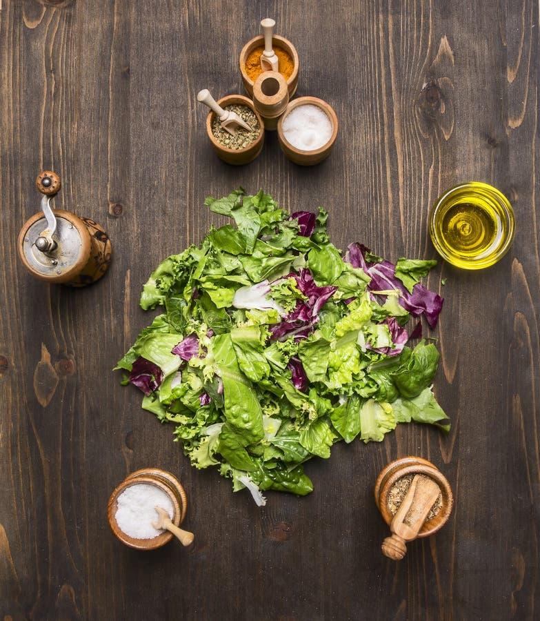 Superfoods y salud o concepto de la comida de la dieta del detox los ingredientes para la ensalada, pimienta, aceite de la sal al imagen de archivo libre de regalías
