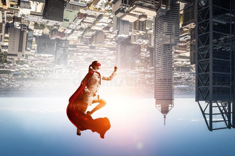 Superfrau im Himmel lizenzfreie stockfotos