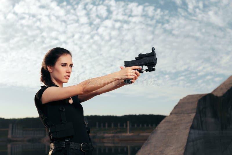 Superhéroe de sexo femenino de la acción de Cosplay que sostiene un arma imagen de archivo libre de regalías