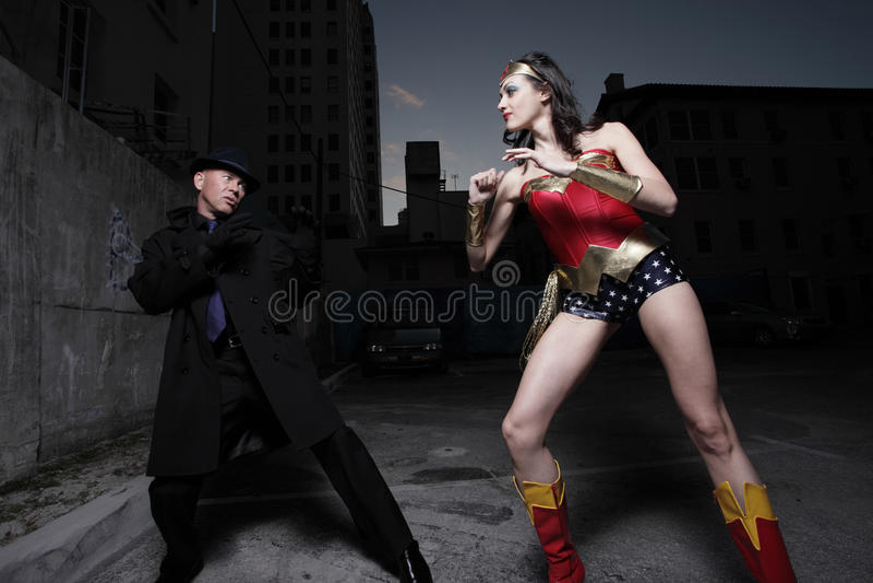 Superheld, der den Schuft kämpft stockbild