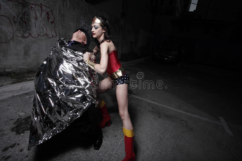 Superheld, der den Verbrecher einwickelt lizenzfreies stockbild