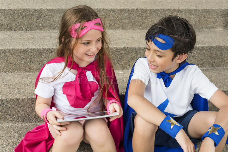 Superheld-Jungen-Mädchen-tapferes Fantasie-Kostüm-Konzept lizenzfreie stockbilder