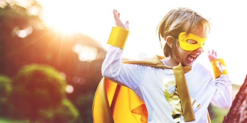 Superheld-Kinderspielerisches Glück-Freizeitbetätigungs-Konzept lizenzfreie stockfotografie