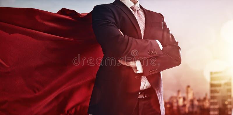 Superheldgeschäftsmann, der Stadt betrachtet stockbilder