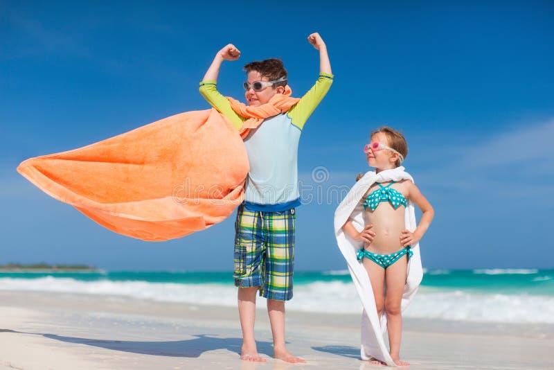 Superheldspiel an einem Strand stockfotos