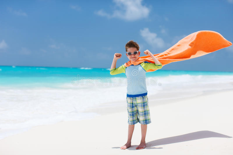 Superheldspiel an einem Strand lizenzfreies stockfoto