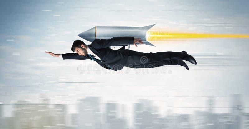 Superhero bedrijfsmens die met straalpakraket vliegen boven CIT stock afbeelding