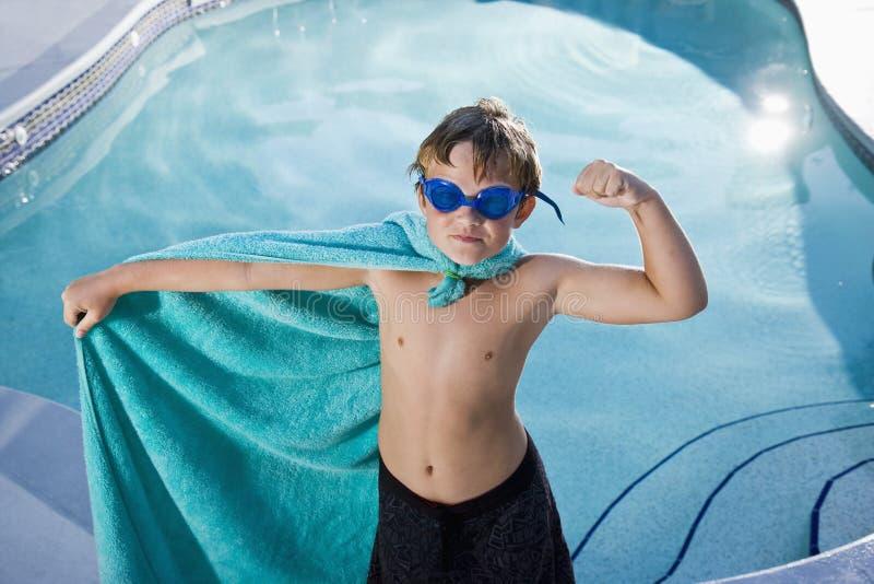 Superhero die van de jongen de pool beschermt stock foto