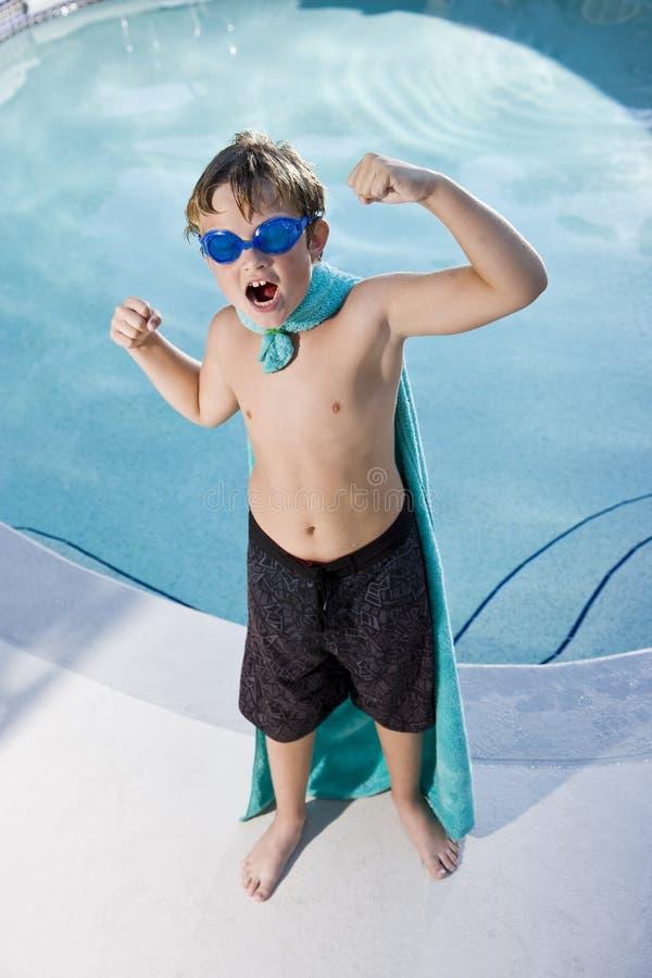 Superhero die van de jongen de pool beschermt royalty-vrije stock foto