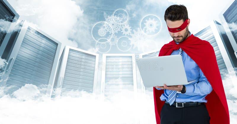Superhero för affärsman med bärbara datorn mot serveror och moln med den vita manöverenheten stock illustrationer