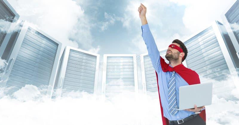 Superhero för affärsman med bärbara datorn och handen i luft mot serveror och moln med den vita manöverenheten arkivfoton