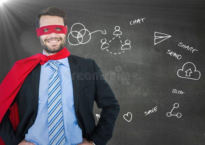 Superhero för affärsman med händer på höfter mot den gråa väggen med den vita affärsklotter och signalljuset royaltyfri fotografi