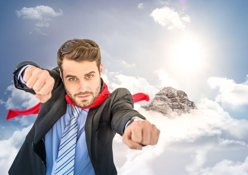 Superhero för affärsman med händer ut mot bergmaximum med moln royaltyfri illustrationer