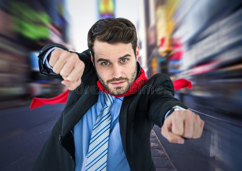 Superhero för affärsman med händer ut mot den oskarpa gatan arkivbild