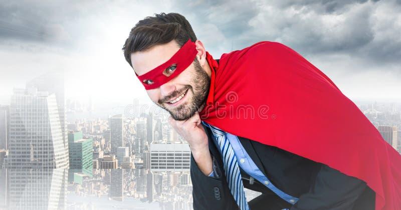 Superhero för affärsman med huvudet förestående mot oskarp horisont royaltyfria foton