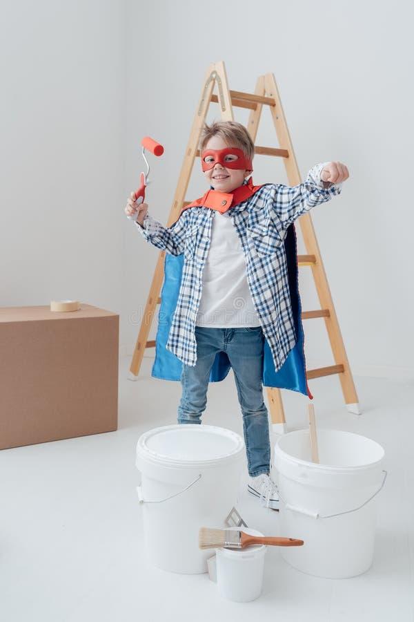 Superhero som gör hem- renovering royaltyfri foto