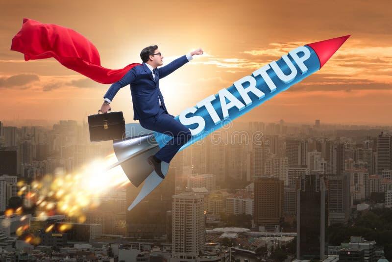 Superheroaffärsmannen i start-up begreppsflygraket royaltyfria bilder
