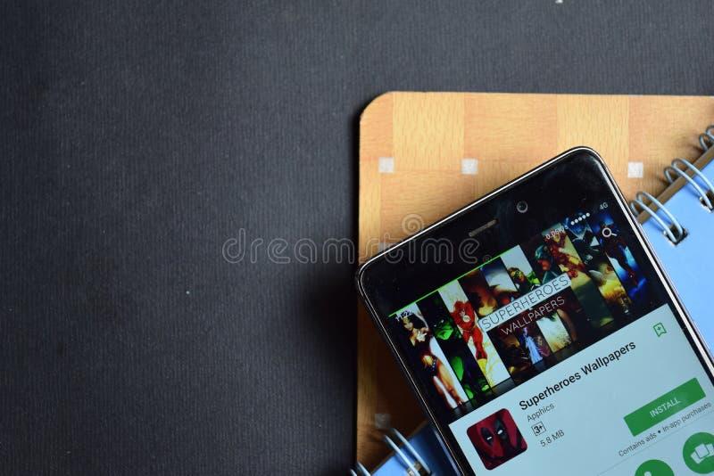 Superheroesbehang dev app op Smartphone-het scherm stock afbeelding