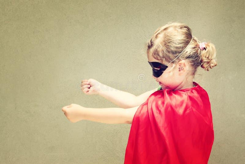 Superherojong geitje tegen blauwe hemelachtergrond royalty-vrije stock foto's