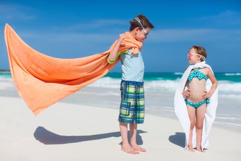 Superheros på en strand arkivbild