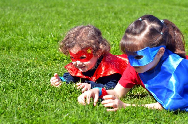 Superherosysterlek utomhus arkivfoto