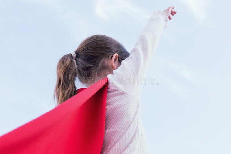 Superherounge mot bakgrund för blå himmel arkivfoton