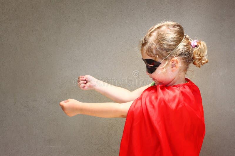 Superherounge mot bakgrund för blå himmel royaltyfri foto