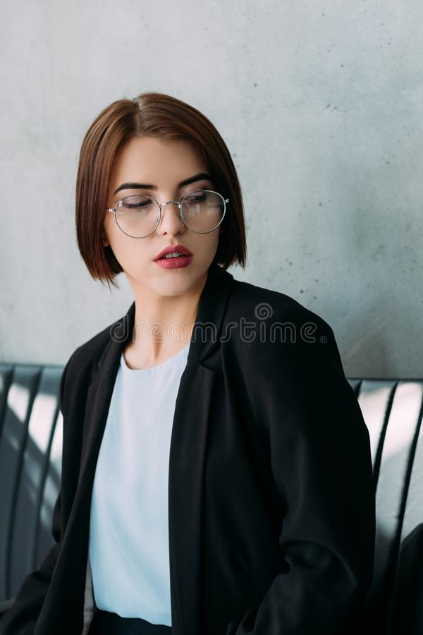 Superieure van de bedrijfs uitdrukkings jonge vrouw collega stock foto's