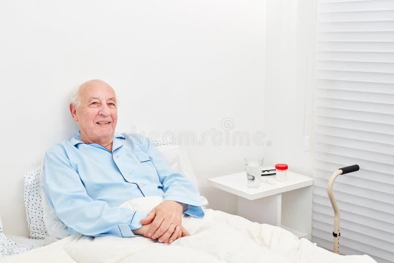 Superior é acamado na cama no hospital foto de stock royalty free